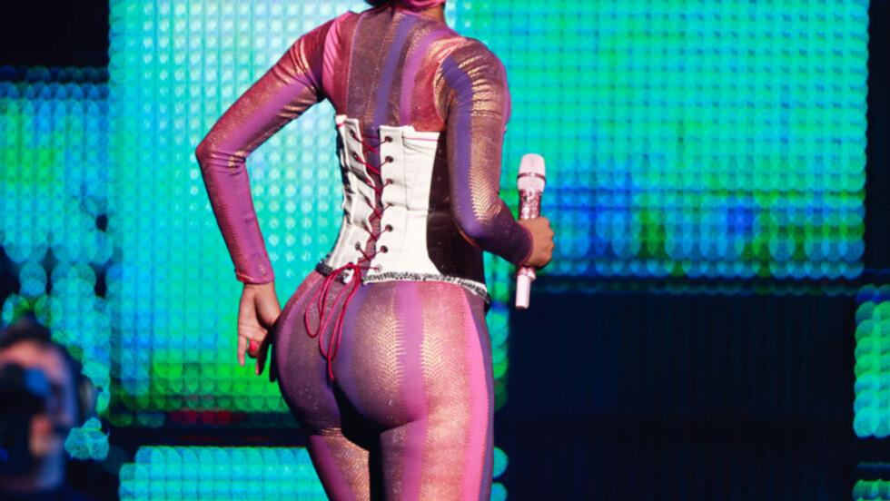 <strong>FORMFULL:</strong> Rapper Nicki Minaj viste gladelig frem sitt imponerende bakparti på konserten i Orlando, Florida denne uken. Hun avviser imidlertid alle rykter om at rumpa hennes umulig kan være ekte vare...   Foto: All Over Press