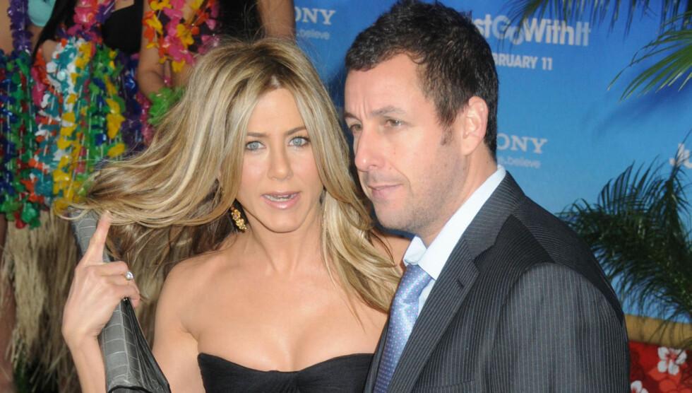 LIKER IKKE DATING: Superstjernen, som her er sammen med Adam Sandler, hevder hun ikke liker å date. Foto: All Over Press