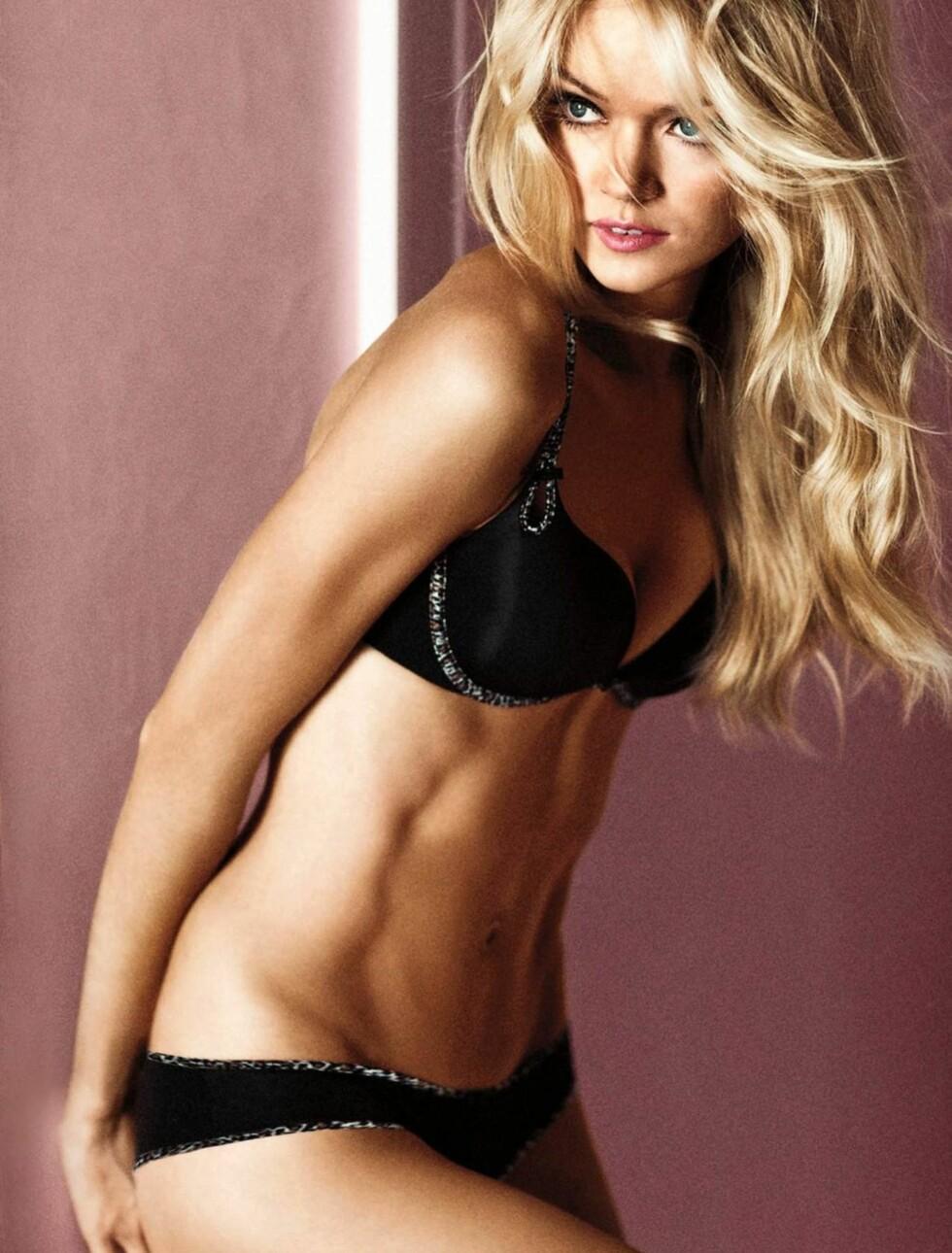 VISER FRAM MAGEMUSKLENE: Lindsay Ellingson viser i sin nyeste reklamekampanje for Victoria's Secret fram resultatet av sin tøffe dansetrening. Foto: Stella Pictures