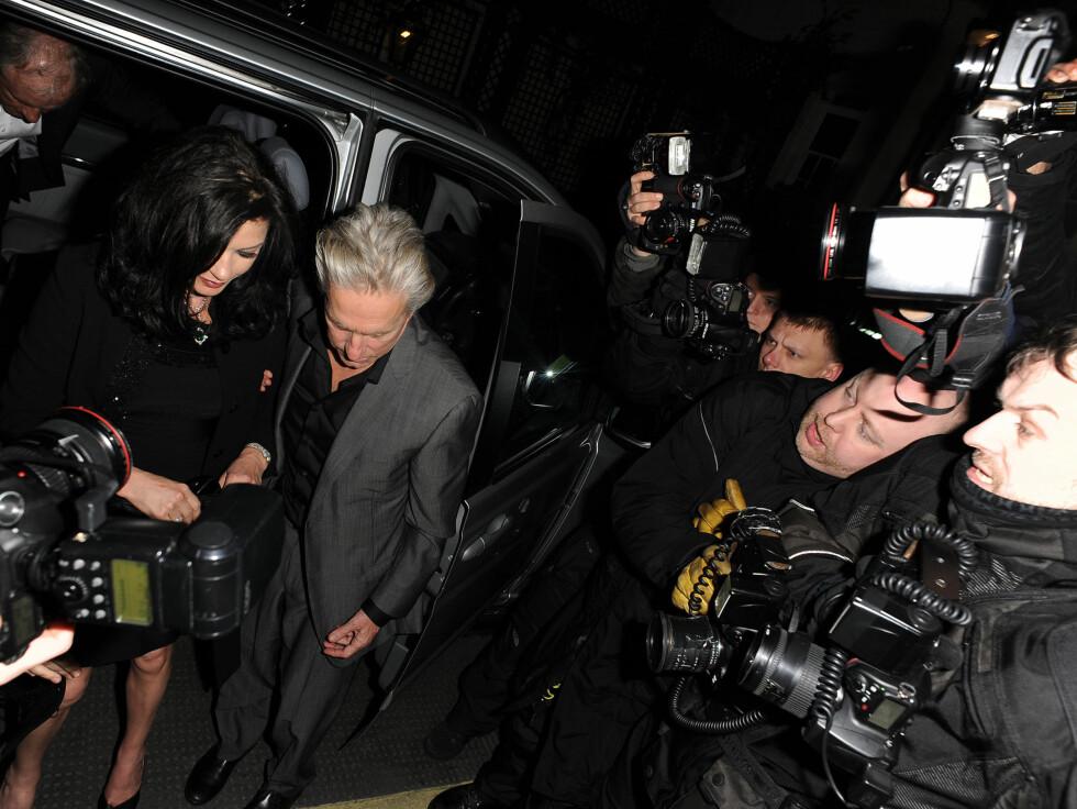 VISTE SITT VREDE: Michael Duglas og Catherine Zeta-Jones ble ikke fornøyd da de så at en hær av fotografer hadde møtt opp utenfor restauranten. Foto: All Over Press