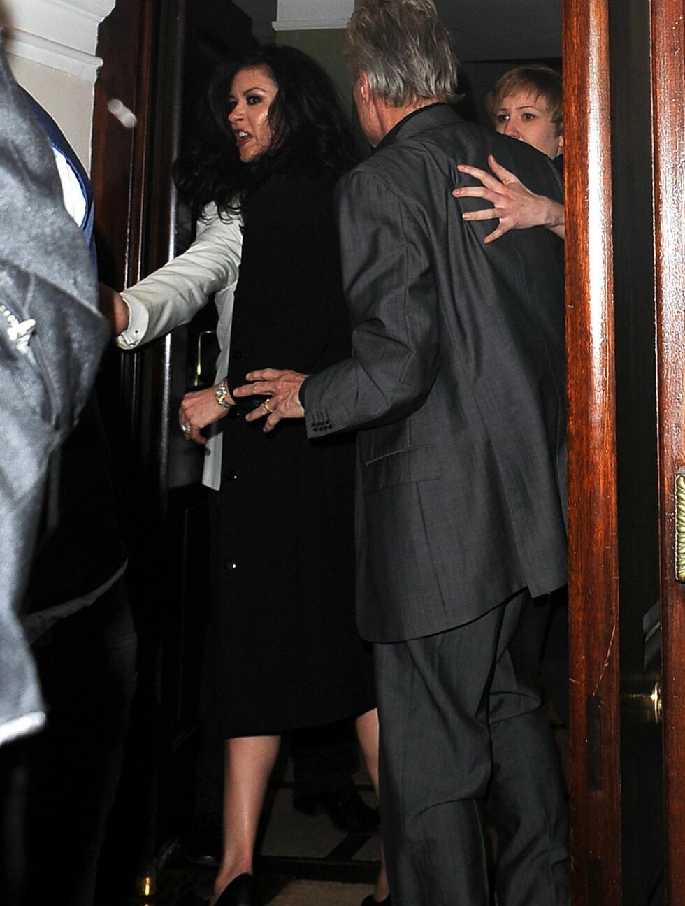 HVIS BLIKK KUNNE DREPE...: Det er ikke mye skuespill over denne reaksjone fra Catherine Zeta-Jones. Foto: All Over Press
