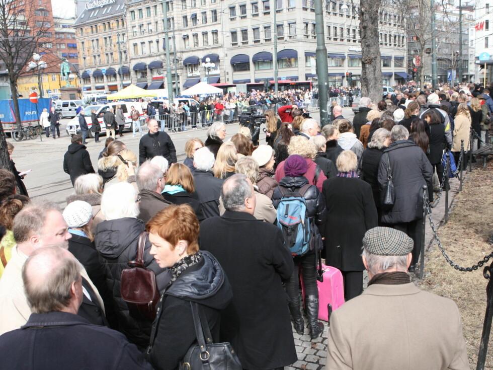<strong>FOLKEHAV:</strong> Publikum strømmer til bisettelsen. Foto: Per Ervland/Seher.no