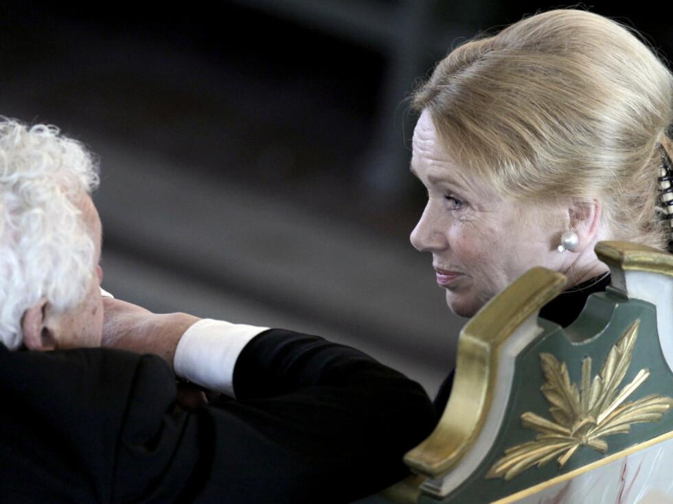 <strong>DYP SAMTALE:</strong> Liv Ullmann i samtale med Toaralv Maurstad før Wenche Foss sin bisettelse i Oslo Domkirke mandag.  Foto: Scanpix