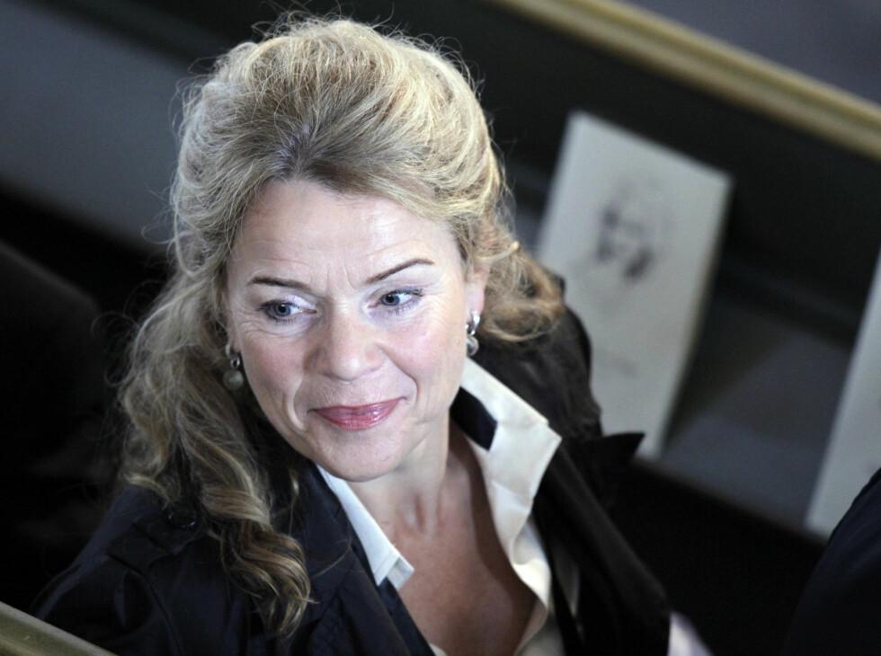 <strong>I KIRKEN:</strong> Toralv Maurstads kone Beate Eriksen er blant de fremmøtte i Wenche Foss sin bisettelse. Foto: Scanpix