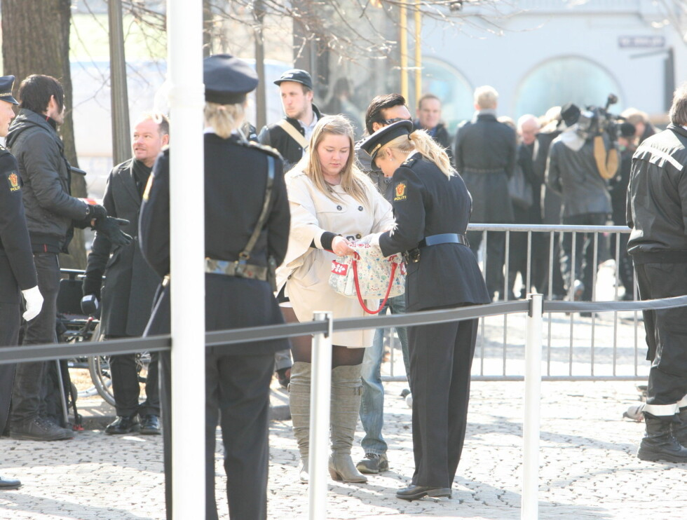 <strong>RANSAKES:</strong> Alle som skulle inn i kirken ble ransaket. Foto: Per Ervland/Seher.no