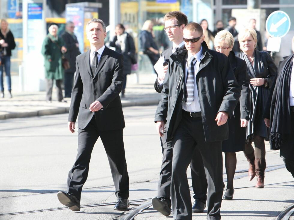 <strong>KOM GÅENDE:</strong> Jens Stoltenberg og regjeringsmedlemmene kom gående til bisettelsen til Wenche Foss.  Foto: Per Ervland/Seher.no