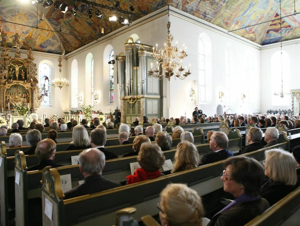 <strong>FULLSATT:</strong> Fullsatte benker under Wenche Foss sin bisettelse i Oslo Domkirke mandag. Foto: Scanpix