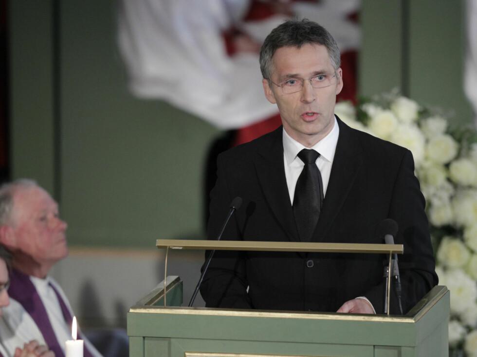 <strong>TALTE:</strong> Statsminister Jens Stoltenberg holder minnetale under Wenche Foss sin bisettelse i Oslo Domkirke mandag. Foto: Scanpix