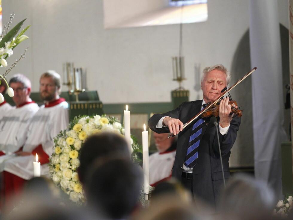 <strong>SPILTE:</strong> Arve Tellefsen spilte «En moders bønn» av Ole Bull i bisettelsen, etter Wenche Foss sitt eget ønske.  Foto: Scanpix