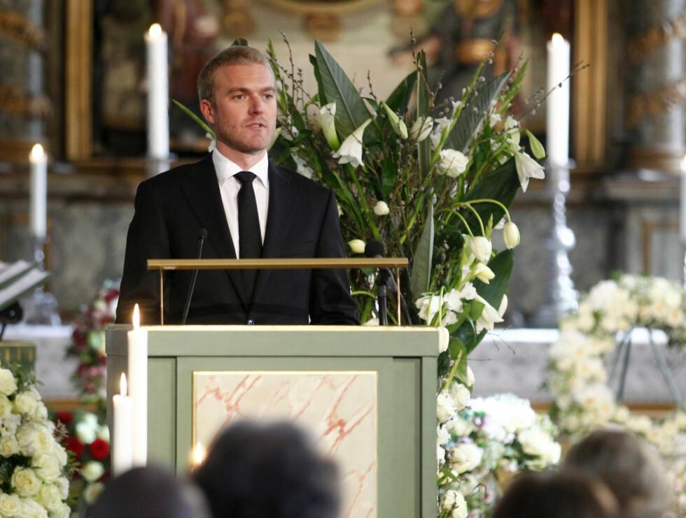 <strong>RØRENDE TALE:</strong> Fabian Emil Stang holder minnetale for bestemoren.  Foto: Scanpix