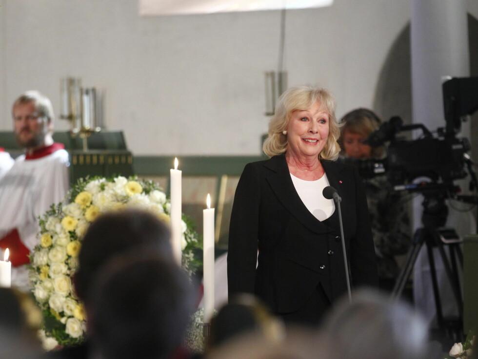 <strong>LESTE DIKT:</strong> Lise Fjeldstad leser dikt under Wenche Foss sin bisettelse. Foto: Scanpix