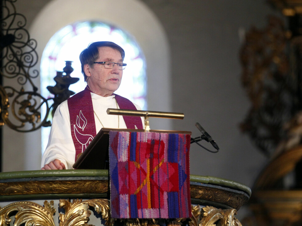 <strong>ALTERNATIV BØNN:</strong> Gunnar Stålsett hadde en alternativ bønn i Wenche Foss sin ånd under bisettelsen.  Foto: Scanpix