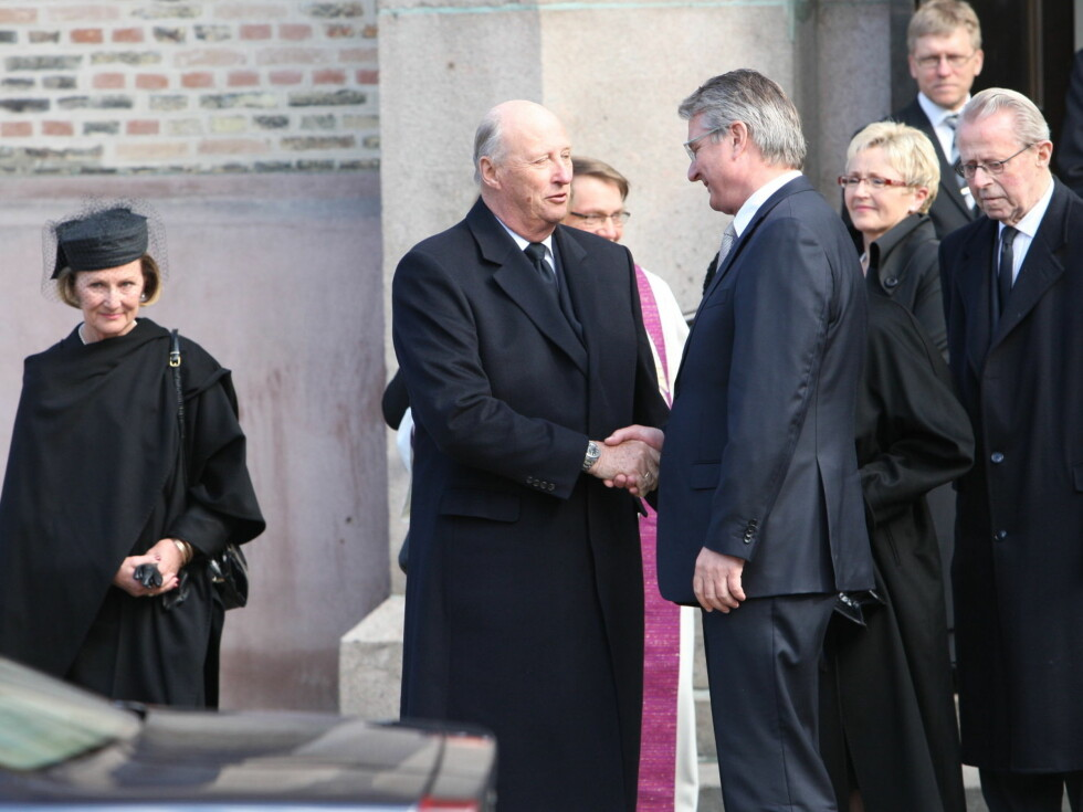 <strong>KONDOLERTE:</strong> Kong Harald tar Fabian Stang i hånden etter kirken. Foto: Per Ervland/Seher.no