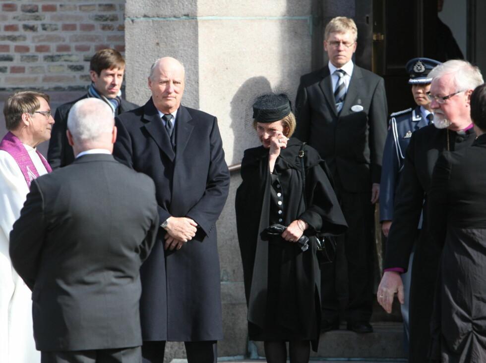 <strong>RØRT:</strong> Dronning Sonja tørker tårene etter bisettelsen. Foto: Per Ervland/Seher.no