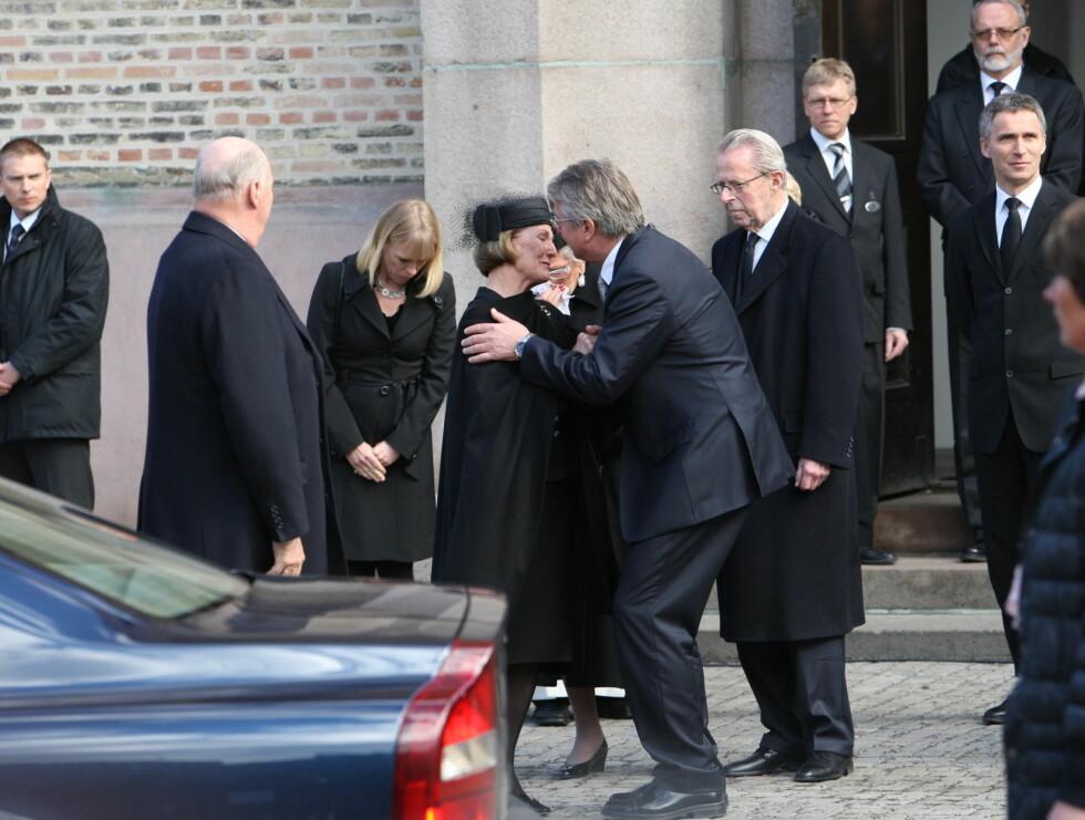 <strong>OPPLØST I TÅRER:</strong> Dronning Sonja var sterkt preget da hun snakket med Fabian Stang etterpå. Foto: Per Ervland/Seher.no