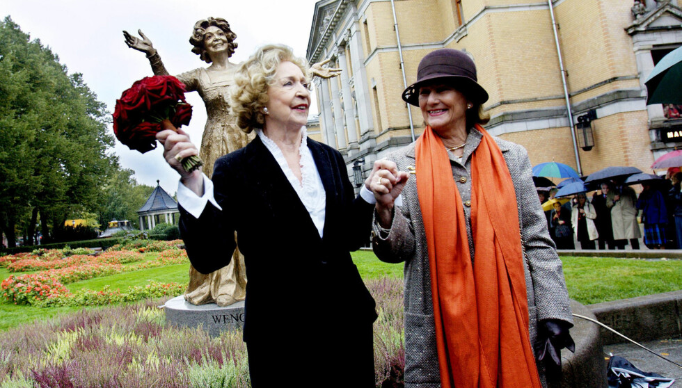 <strong>DRONNINGLIG AVDUKING:</strong> Dronning Sonja avduket skulpturen av Wenche Foss foran Nationaltheatret under et høytidelig arrangement 19. september 2007. Foto: SCANPIX