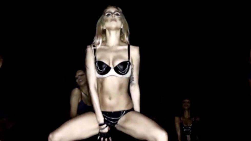 ORIGINAL: Popstjernen Lady Gaga er blitt verdensberømt for sine uavnlige kles- og sminkevalg, samt sine spennende musikkvideoer. Her danser hun lettkledd i videoen til «Born This Way» - som Katy Perry nå beskyldes for å ha «kopiert» med sin nye «E Foto: Stella  Pictures