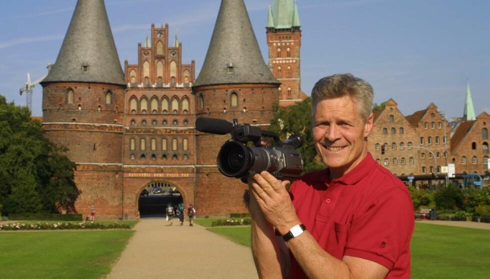 PASSERTE ALDERSGRENSEN: Roald Øyen måtte i fjor gi seg som programleder for TV-programmet «Påskenøtter», fordi han rundet NRKs aldersgrense på 70 år. Foto: NRK