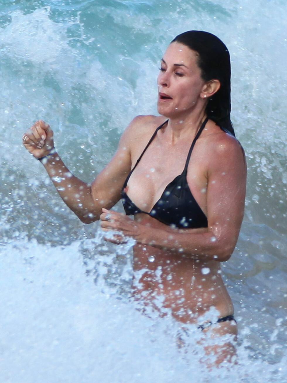 <strong>VISTE ENDA MER:</strong> Og når denne bølgen kom, gikk bikinien enda mer ut av posisjon... Foto: All Over Press