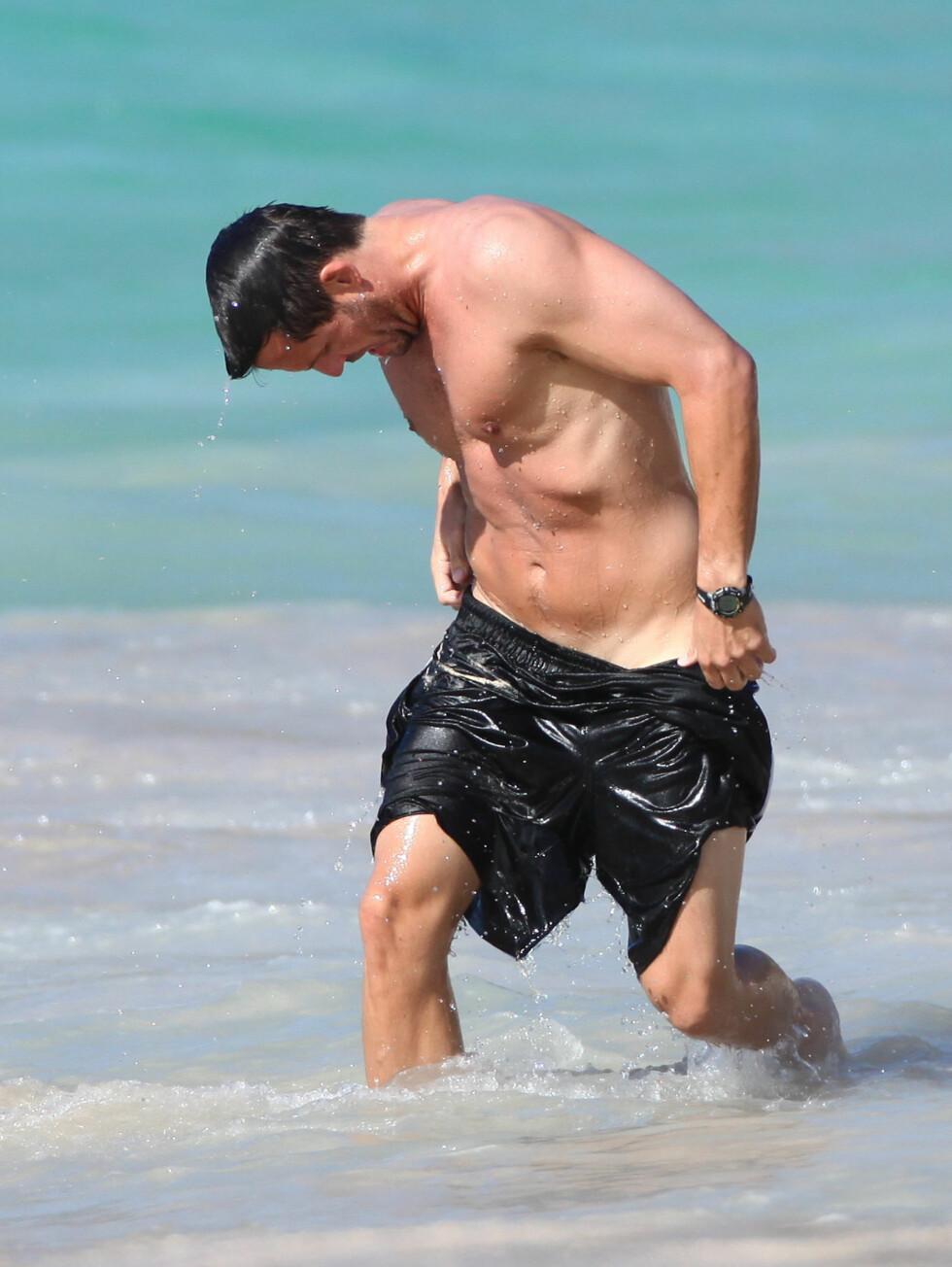 <strong>FLERE MED PROBLEMER:</strong> Josh Hopkins er ikke noe dårligere enn motspilleren Courteney Cox, og får selv problemer med badebuksa.  Foto: All Over Press