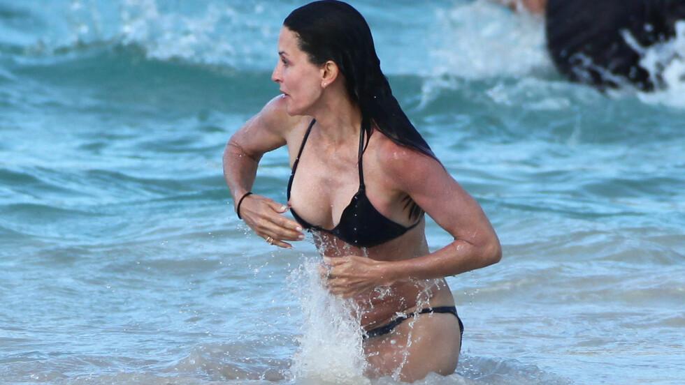 <strong>PUPPEGLIPP:</strong> Courteney Cox viser litt for mye på stranden i St. Barts.  Foto: All Over Press