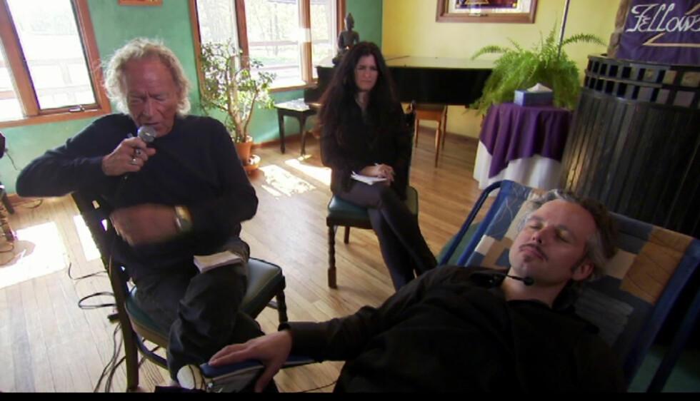 <strong>BLIR HYPNOTISERT:</strong> Ari Behn lot seg hypnotisere under besøket til Lily Dale. Foto: NRK