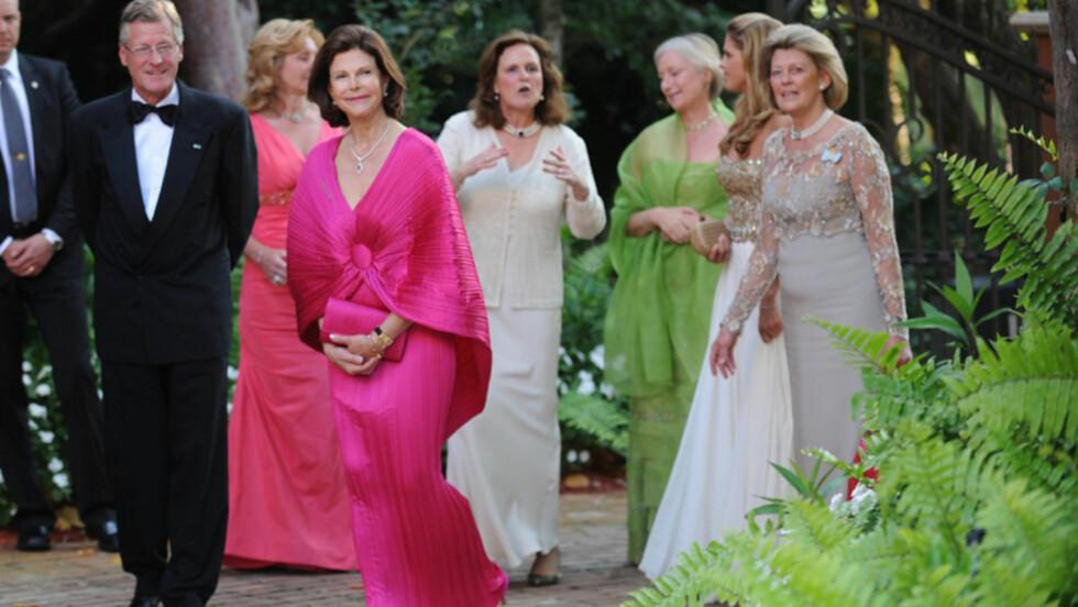 FINT FØLGE: Dronning Silvia så rimelig frisk og rask ut som vertinne for gallagjestene på «World Childhood Foundation»-veldedighetsmiddagen i Florida i helgen. Dronningen strålte i en fargesterk silkekjole.  Foto: Stella  Pictures