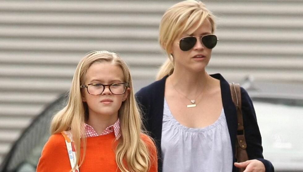 SOM TO DRÅPER VANN: Det var lett å se at Reese Witherspoon og hennes datter Ava Elizabeth var i slekt, da de søndag dro på handletur i Santa Monica.  Foto: All Over Press