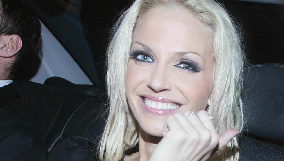 STRÅLER: Sarah Harding (29) forlater fornøyd sin nattklubb Kanaloa Nightclub, der forloveden Tom Crane (29) er fast DJ.  Foto: Stella Pictures