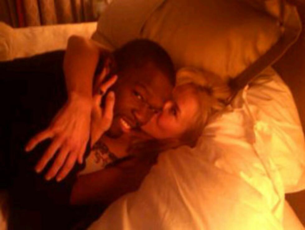 KOSESTUND I SENGA: Chelsea Handler overrasket fansen med å legge ut dette bildet av seg selv og rapperen 50 Cent på sin Twitter-side mandag. Foto: Fra Chelsea Handlers Twitterside