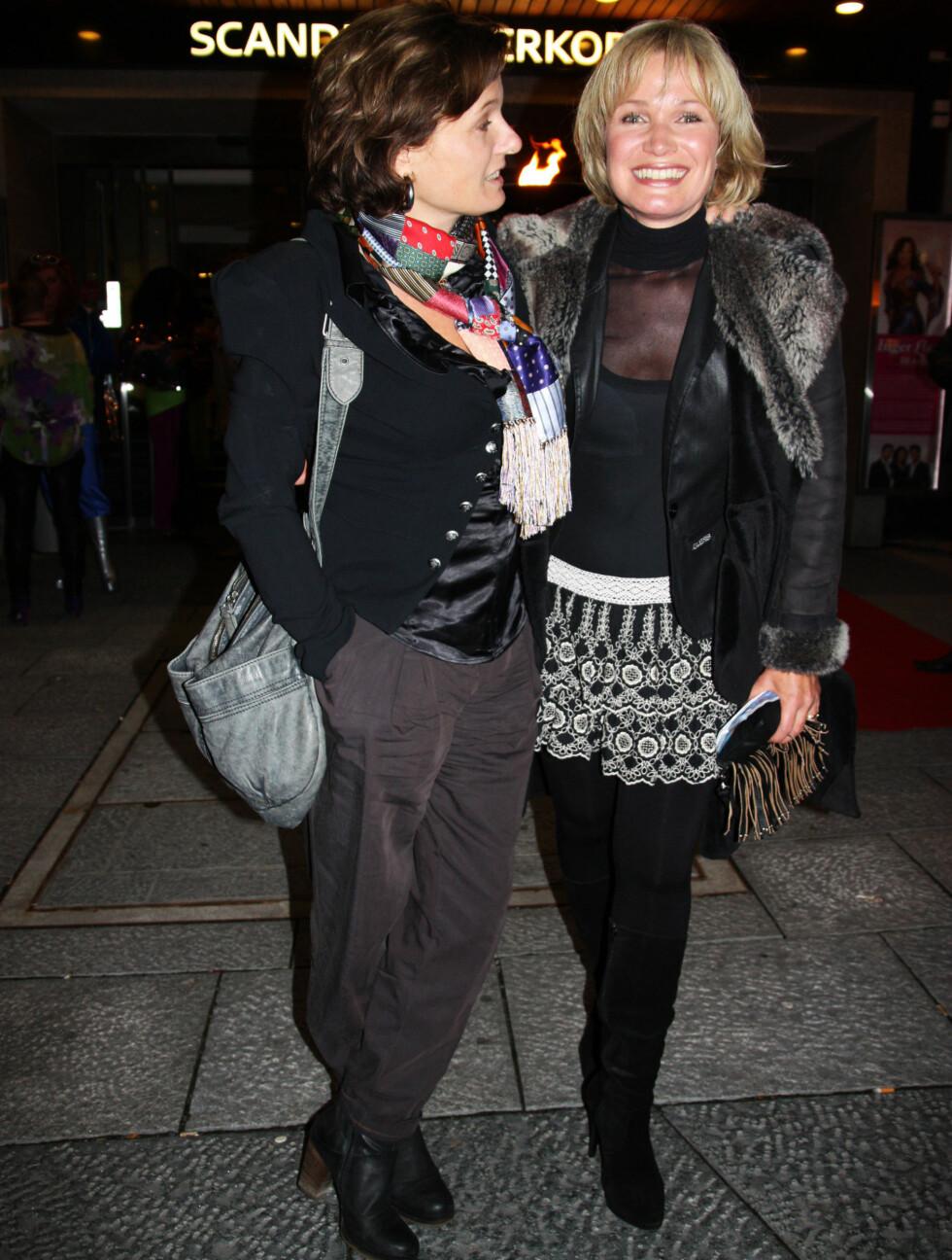 STOR GJENSYNSGLEDE: Ingrid Bjørnov og Benedicte Adrian hadde ikke avtalt å treffe hverandre, og gjensynsgleden var stor. Foto: Thomas Horni / Seher.no