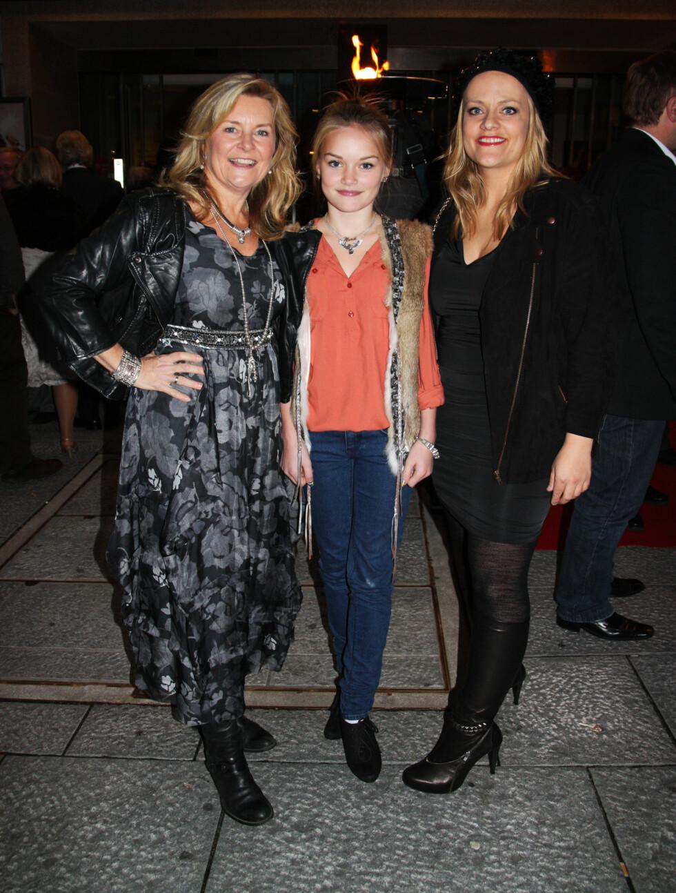I FORM: Elisabeth Andreasson med datteren Nora, og Henriette Steenstrup. Foto: Thomas Horni / Seher.no