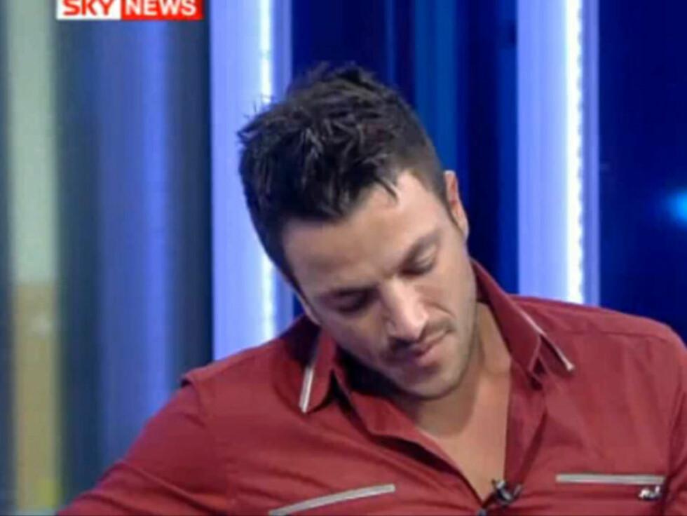 BRAST UT I GRÅT: Peter Andre klarte ikke å holde tårene tilbake da han ble spurt om barna sine på direkten hos Sky News. Foto: Sky News