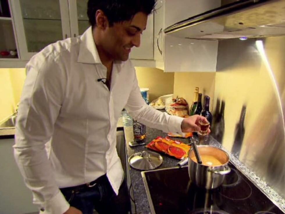 WHISKEY ELLER EPLEMOST? - Alkohol er ikke bra, jeg er muslim og forholder meg til det, sier Tommy Sharif, som helte Jack Daniels - eller eplemost (?) - i tomatsuppa. Foto: TVNorge