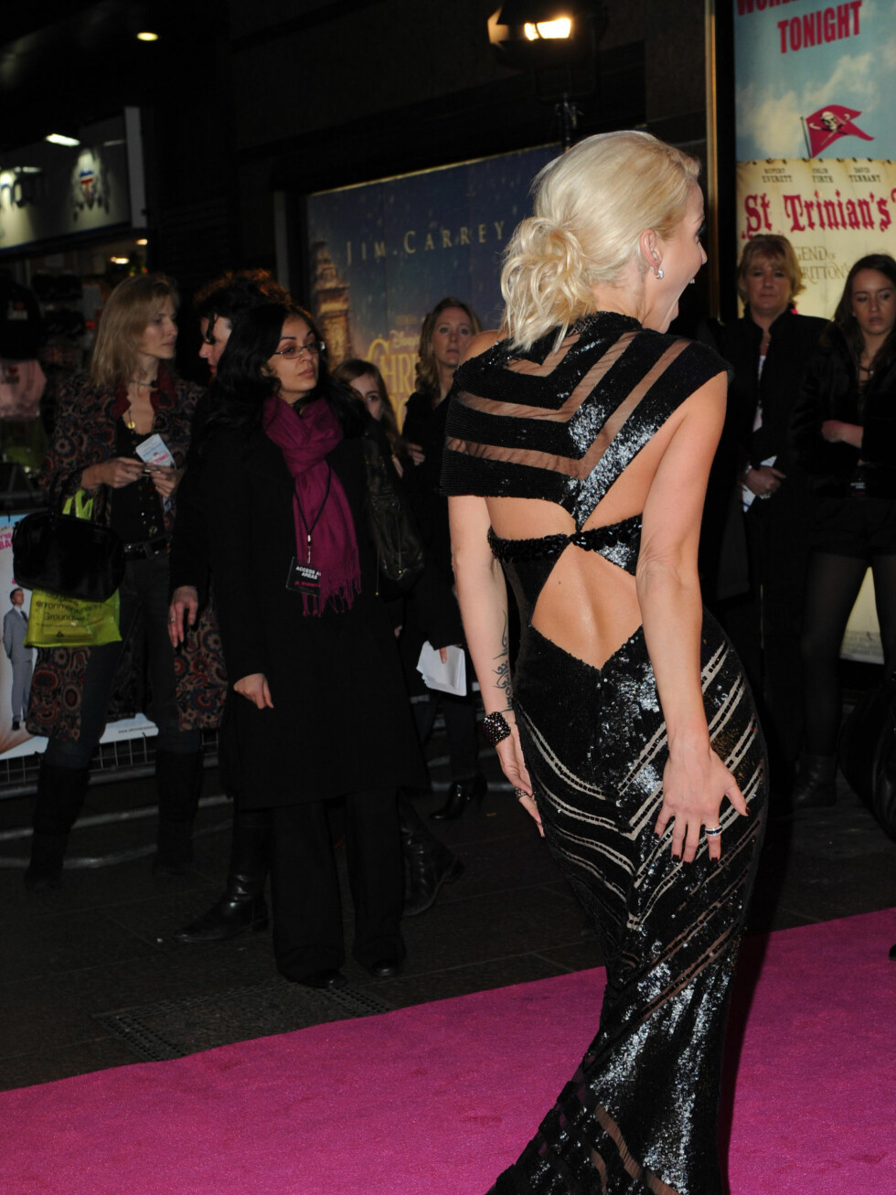 AVSLØRENDE: Sarah Hardings svarte kjole var svært avslørende. Foto: Stella Pictures