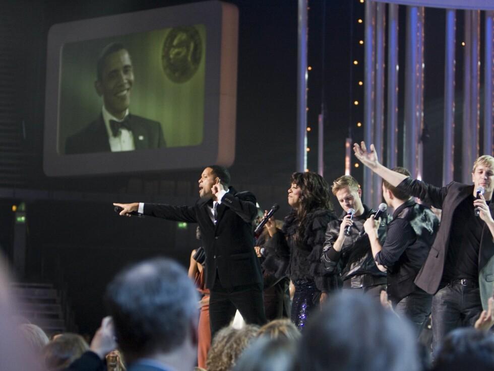 """AVSLUTNINGSNUMMERET: Konserten ble avsluttet av at alle atristene og vertene kom på scenen og sang """"Man in the Mirror"""". Foto: Per Ervland/Seher.no"""