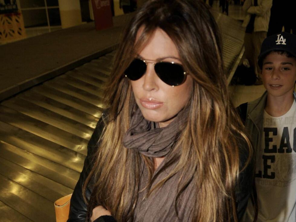 DEN PÅSTÅTTE ELSKERINNEN: Rachel Uchitel nekter for å ha hatt et forhold til golfstjernen. Her er hun fotografert på flyplassen i Los Angeles søndag. Foto: All Over Press