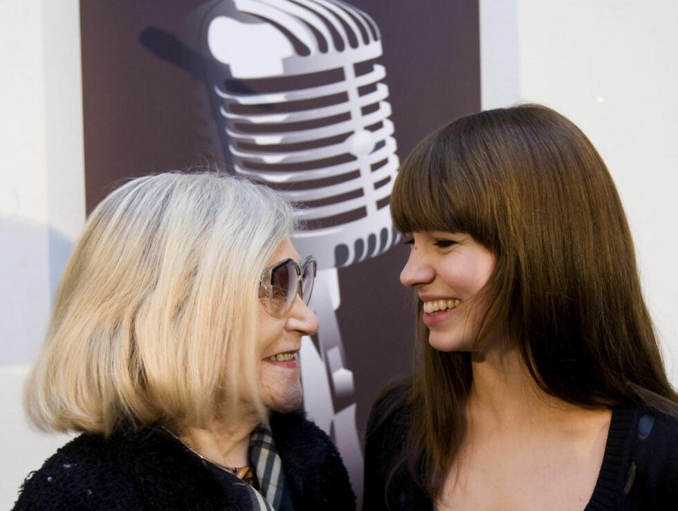 GRATULERTE: Marit Larsen ble tirsdag tildelt Norsk Artistforbunds ærespris og ble gratulert av Nora Brockstedt, som selv vant prisen i 2001. Foto: Scanpix
