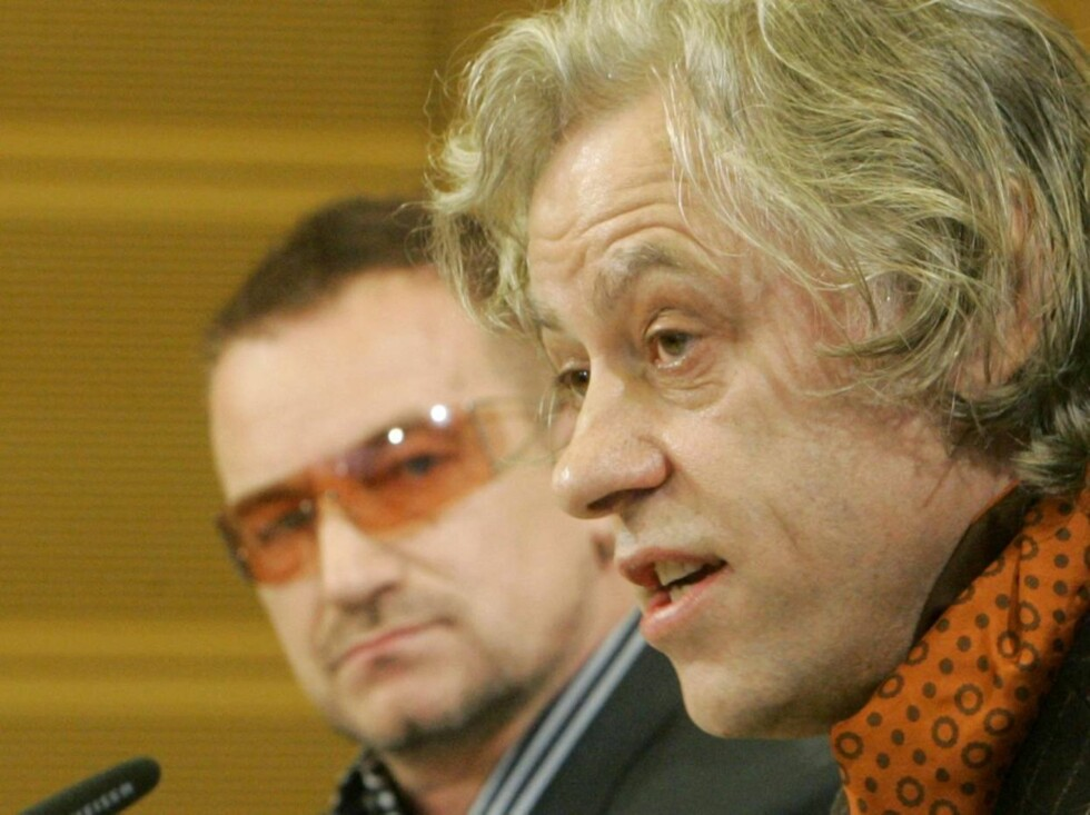 LITEN SJANSE: Bono (t.v) , her sammen med BandAid-general Bob Geldof, levnes minst sjanse av alle til    åmotta årest Nobels fredspris. Foto: AP/Scanpix