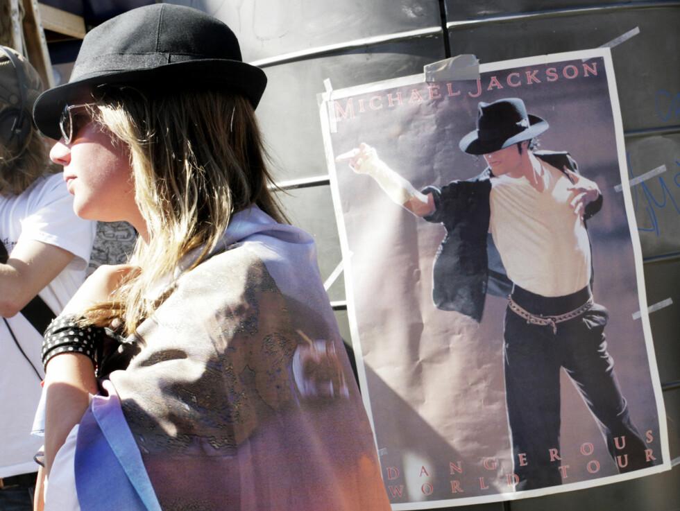 SAMLET: Jacksons norske fans er rystet av meldingen om dødsfallet, og kl.15 samlet de seg i sentrum av Oslo for å sørge sammen.  Foto: Kirsti Irgens Ertsås, Seher.no