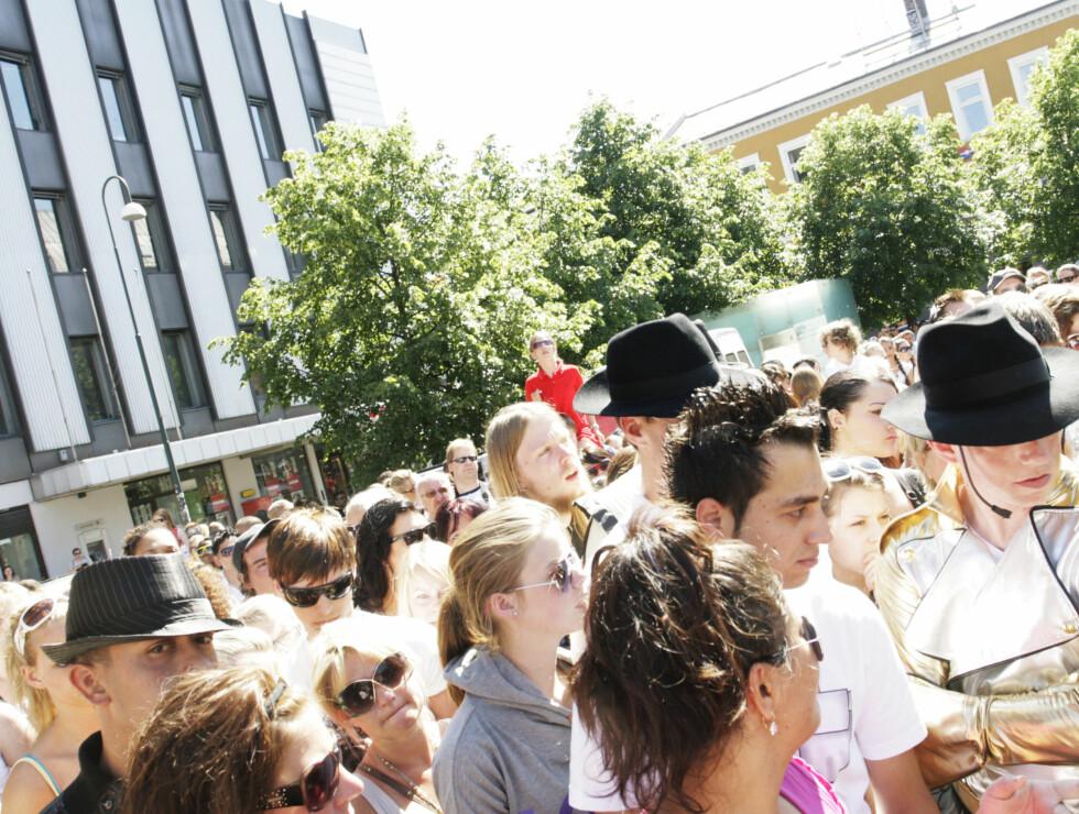 NORSKE FANS: Det var mange som hadde møtt opp på Youngstorget lørdag. Foto: Kirsti Irgens Ertsås, Seher.no