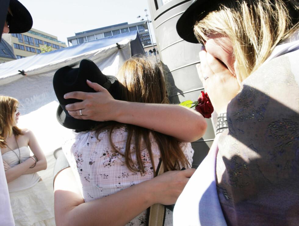 FIKK TRØST: Jackson-fansen tørstet hverandre i Oslo lørdag. Foto: Kirsti Irgens Ertsås, Seher.no