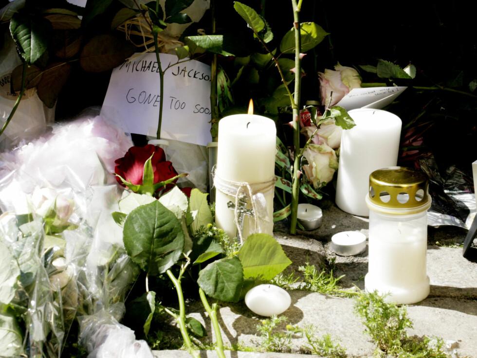 TENTE LYS: Mange tente lys og la ned blomster på Youngstorget lørdag. Foto: Kirsti Irgens Ertsås, Seher.no