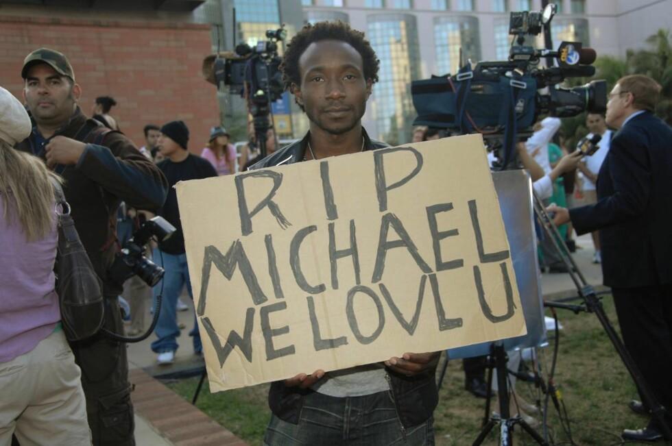 HVIL I FRED, MICHAEL, VI ELSKER DEG: En tilhenger hedrer popkongen på en plakat. Foto: All Over Press