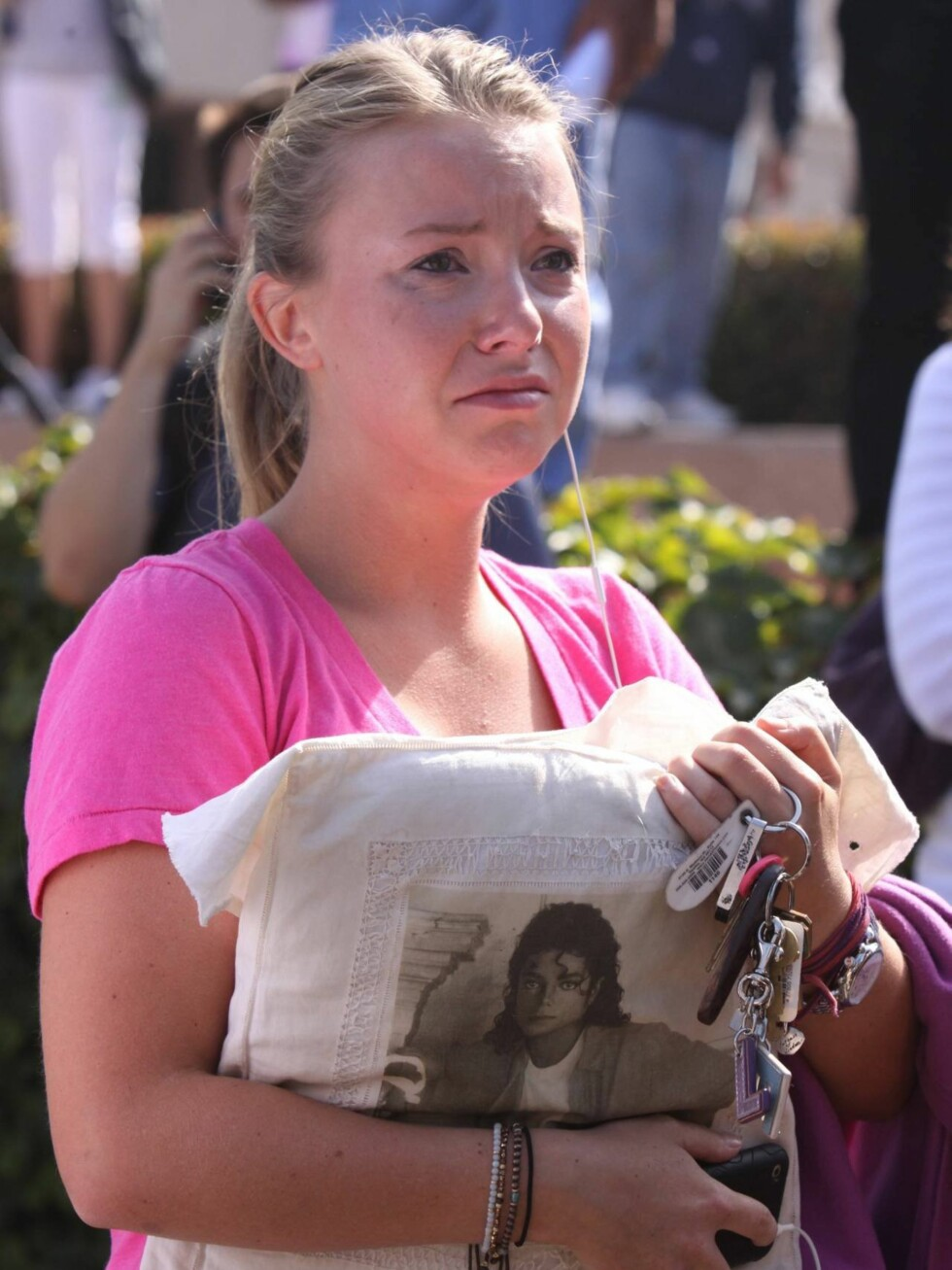 KVINNER GRÅTER ÅPENLYST: Det er lov å vise følelser når Kongen av Pop er gått bort. Foto: All Over Press
