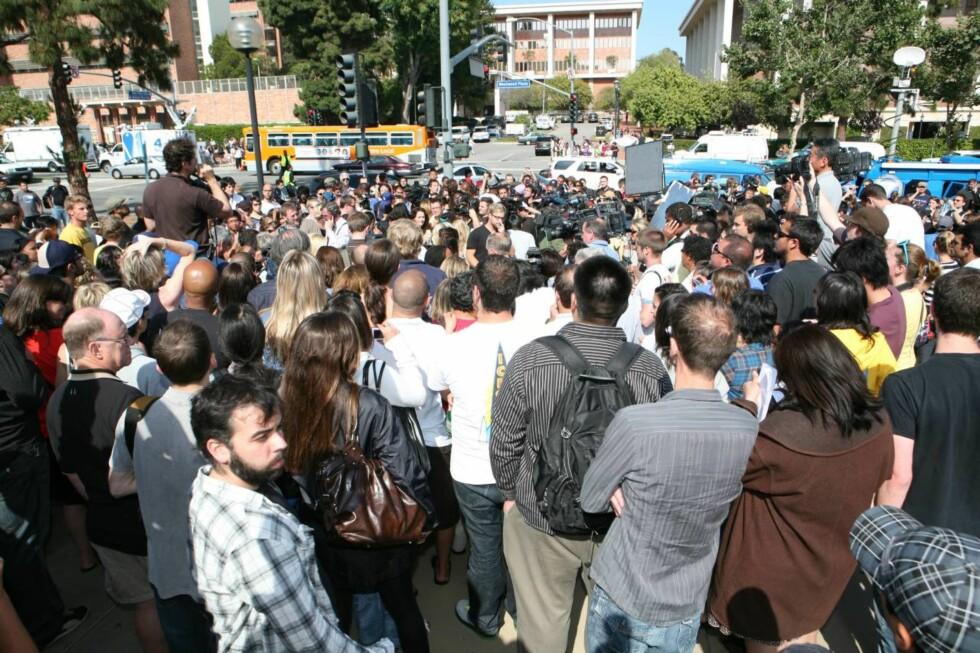 TRENGSEL BLANT SØRGENDE: Hundrevis av fans samlet seg utenfor UCLA Medical Center der Michael Jackson ble erklært død sent torsdag, norsk tid. Foto: All Over Press