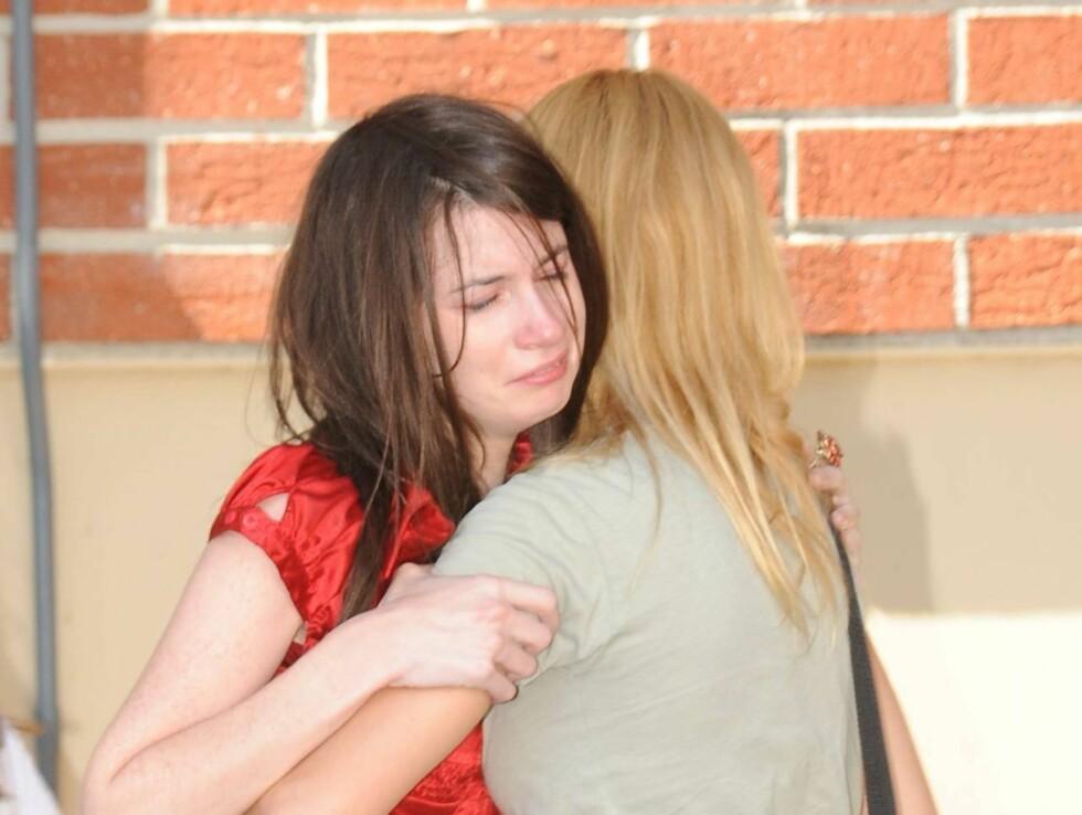 TRØSTER HVERANDRE: Tilhengere av Michael Jackson finner trøst hos hverandre. Foto: All Over Press