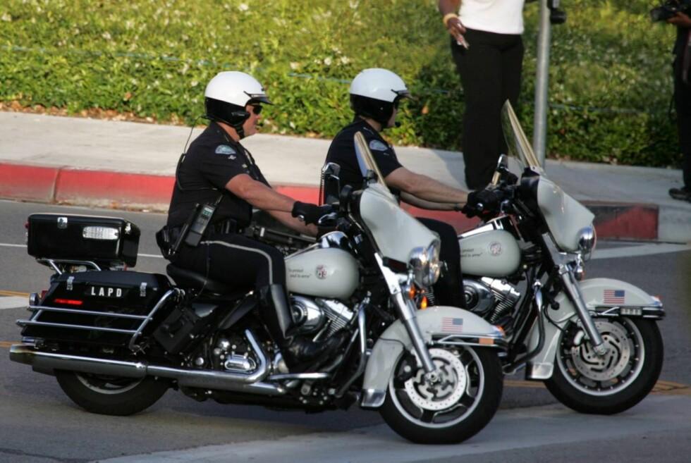 POLITIOPPBUD: Ansamligen av folk utenfor sykehuset i Los Angeles ble etter hvert så stor at politiet kom til - for sikkerhets skyld. Foto: All Over Press