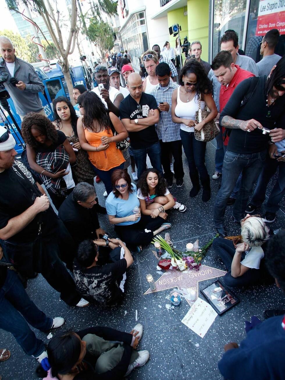 SAMLET SEG RUNDT STJERNEN: Fans søker sammen i sorgen over Michael Jacksons bortgang. Her er mange samlet rundt popkongens stjerne på Hollywood Walk of Fame. Foto: All Over Press