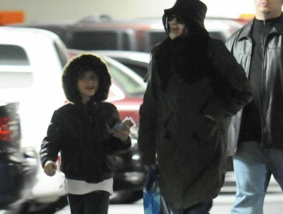 PAPPA: Michael Jackson etterlater seg tre barn. Her er han med den yngste av dem, Prince Michael Jackson II. Foto: All Over